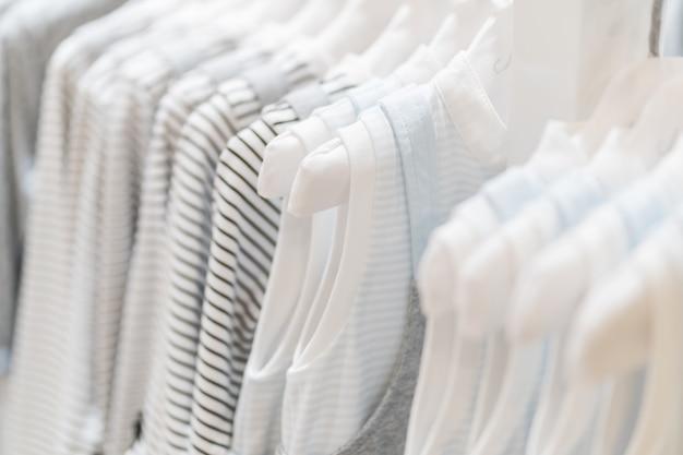 2186aa6cd Colección de ropa de bebé colgada en sala | Descargar Fotos premium
