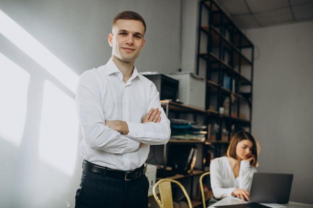 Colegas femeninos y masculinos que trabajan en la oficina Foto gratis