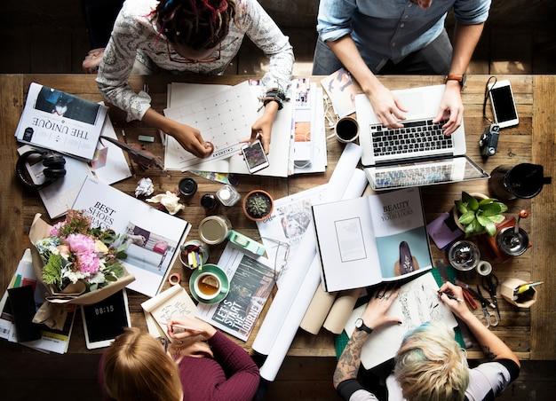 Colegas que trabajan en un escritorio Foto gratis