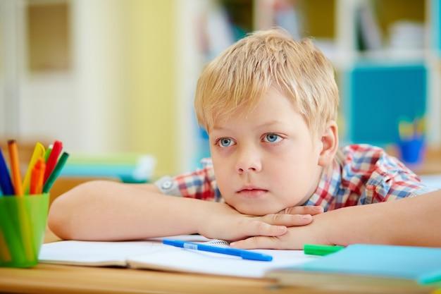 Colegial aburrido con ojos azules Foto gratis