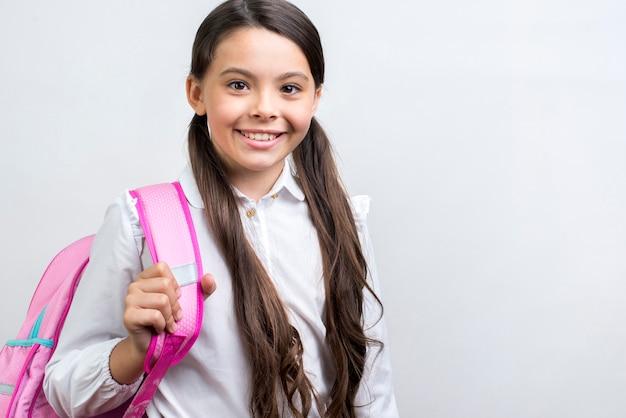 Colegiala hispana segura cargando mochila Foto gratis