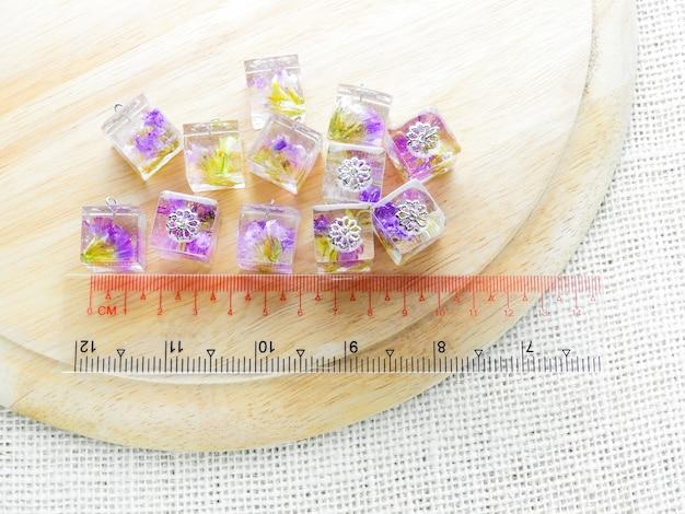 Colgante de flor morada seca en resina cristalina. Foto Premium