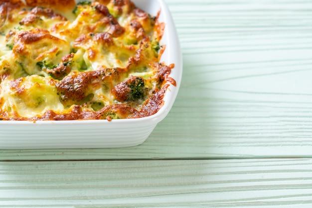 Coliflor al horno y brócoli con queso Foto Premium