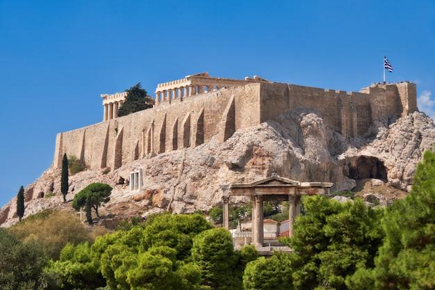 Colina de la acrópolis con templos antiguos en atenas, grecia Foto Premium