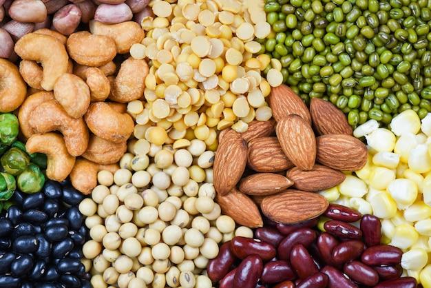 Collage varios frijoles mezclan guisantes agricultura de alimentos naturales saludables para cocinar ingredientes - conjunto de diferentes granos enteros frijoles y legumbres semillas lentejas y nueces textura colorida merienda Foto Premium