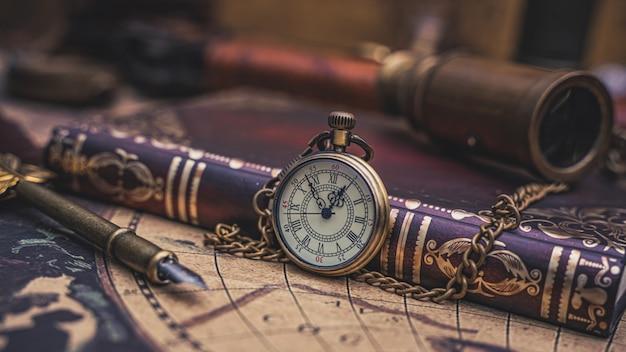 Collar de reloj vintage con libro de bolsillo Foto Premium