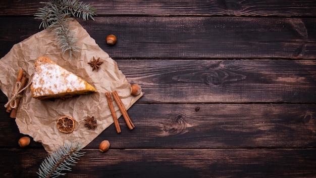 Colocación plana de rebanada de pastel con canela y espacio de copia Foto gratis