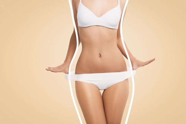 Colocar mujer vestida con lencería blanca Foto gratis
