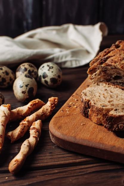 Coloque pan de trigo sarraceno libre de levadura oscura en un corte sobre una tabla de madera para picar Foto Premium