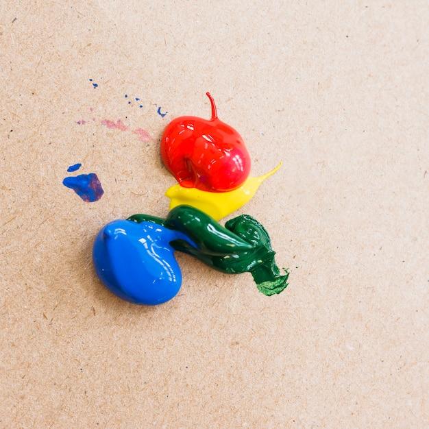 Color de pintura acrílica brillante sobre fondo de cartón con textura. Foto gratis