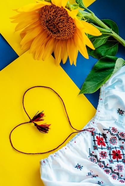 Colores nacionales ucranianos, girasol contra tela bordada. Foto Premium