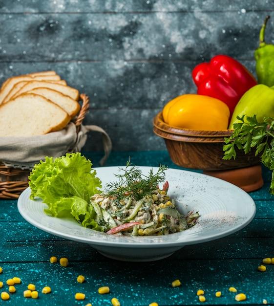 Colorida ensalada de pimientos mayonesa adornada con eneldo Foto gratis