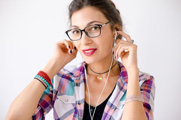 Colorida mujer sonriente en gafas de moda Foto gratis