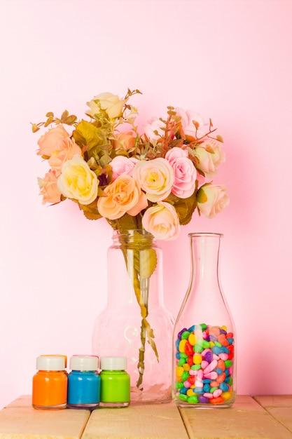 Colorida sala de estar moderna con jarrón de rosas de color y fondo rosa pastel Foto Premium