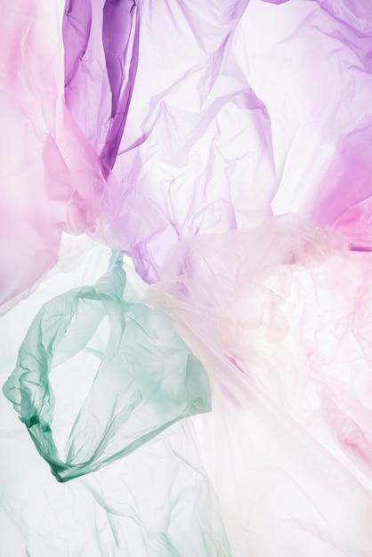 Coloridas bolsas de plástico sobre fondo blanco. Foto gratis