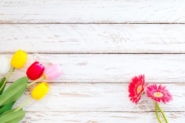Fondo De Flores Vintage: Coloridas Flores En El Fondo De Madera Vintage