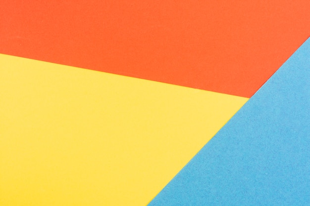 Coloridas láminas de cartón geométrico. Foto gratis