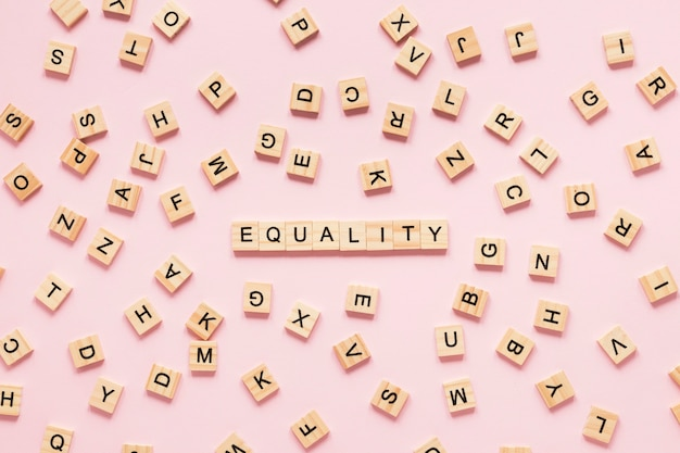 Coloridas letras de igualdad hechas de scrabble Foto gratis