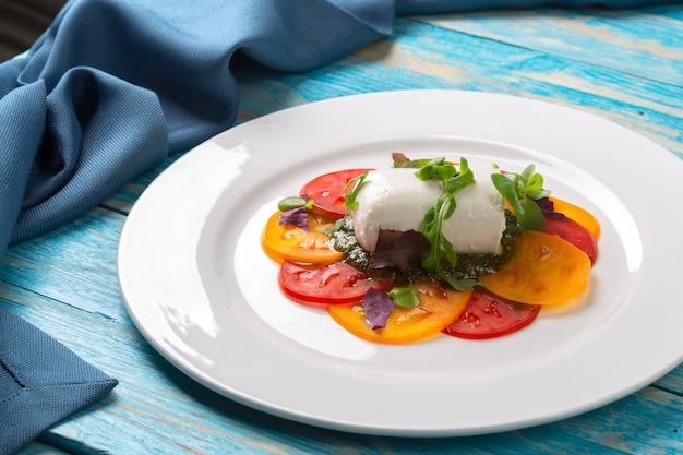 Coloridas lonchas de queso y tomate Foto Premium
