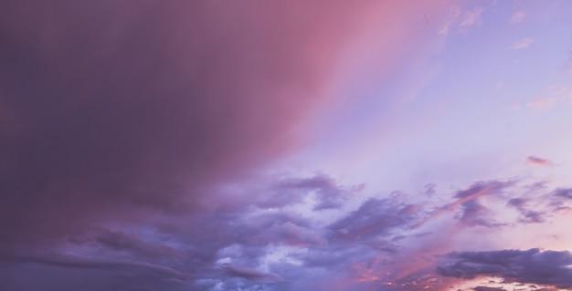 Coloridas nubes en el cielo del atardecer Foto Premium