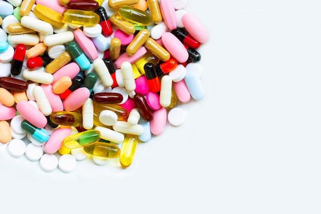 Coloridas tabletas con cápsulas y píldoras en blanco Foto Premium