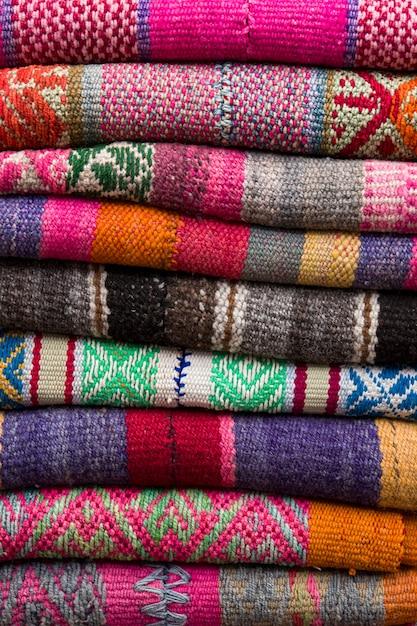 Coloridas telas peruanas tradicionales en el mercado Foto Premium
