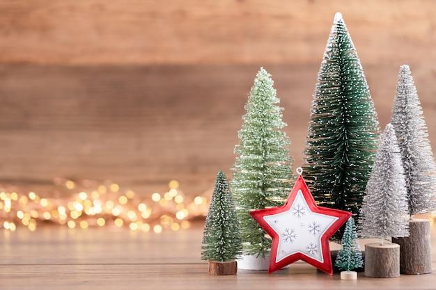 Colorido árbol de navidad sobre fondo de madera, bokeh. concepto de celebración navideña. tarjeta de felicitación. Foto Premium