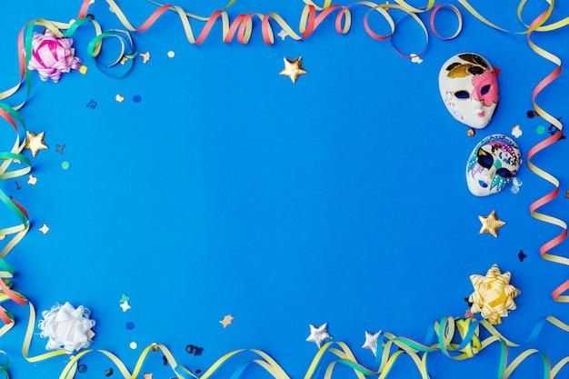 Colorido carnaval plano con espacio de copia, artículos de mardi gras Foto Premium