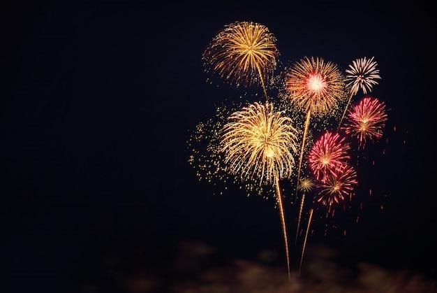 Coloridos fuegos artificiales para celebraciones sobre fondo negro Foto Premium