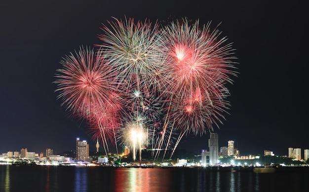 Coloridos fuegos artificiales en el cielo nocturno Foto Premium