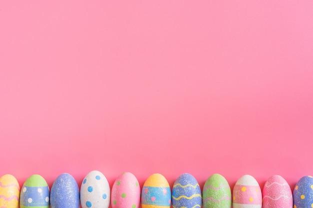 Coloridos Huevos De Pascua En El Fondo De Color Rosa