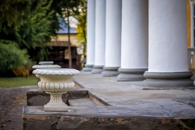 Columnas blancas cerca de la entrada a la finca. Foto Premium
