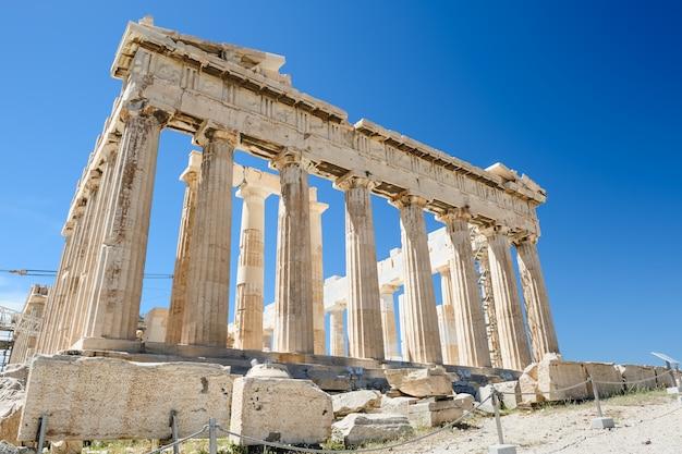 Columnas del partenón en el fondo del cielo Foto Premium