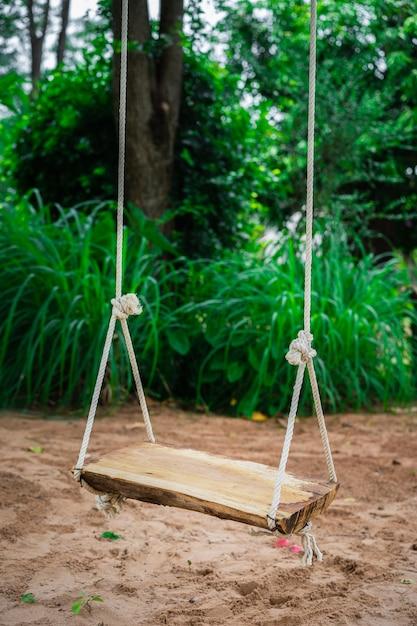 Columpio de madera en jardín | Descargar Fotos premium
