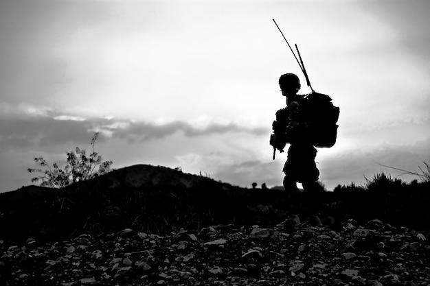 Combatir listo uniforme militar soldado armado batalla Foto gratis