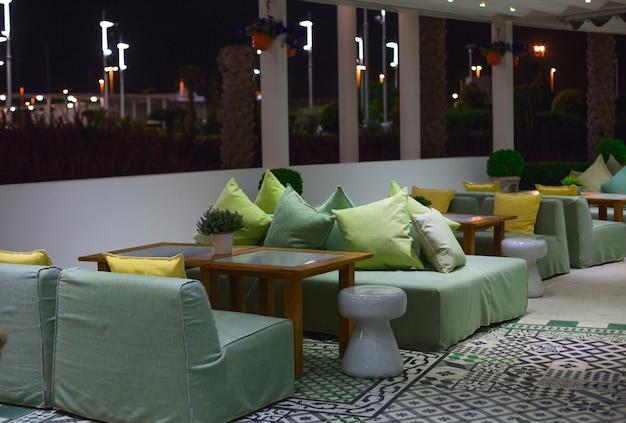 Comedor, muebles para sentarse en una cafetería, restaurante con colores claros y grandes ventanales. Foto gratis