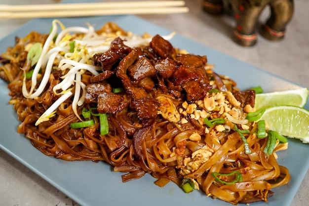 Comida asiática en un restaurante Foto gratis