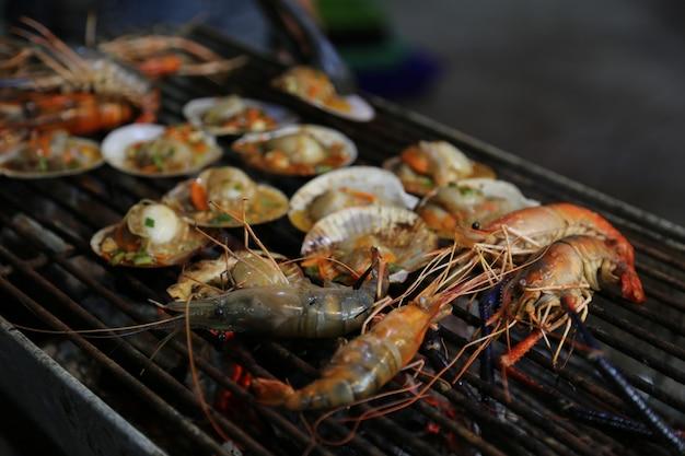 Comida callejera de mariscos a la parrilla Foto Premium