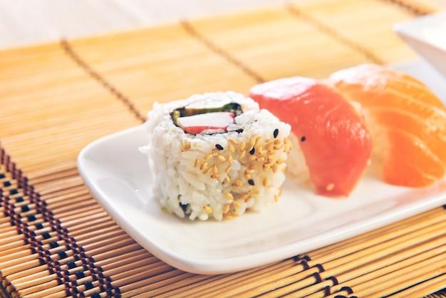comida de sushi sobre fondo de madera foto gratis