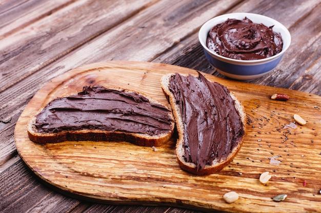 Comida fresca, sabrosa y saludable. ideas para el almuerzo o el desayuno. mentira el pan con mantequilla de chocolate Foto gratis
