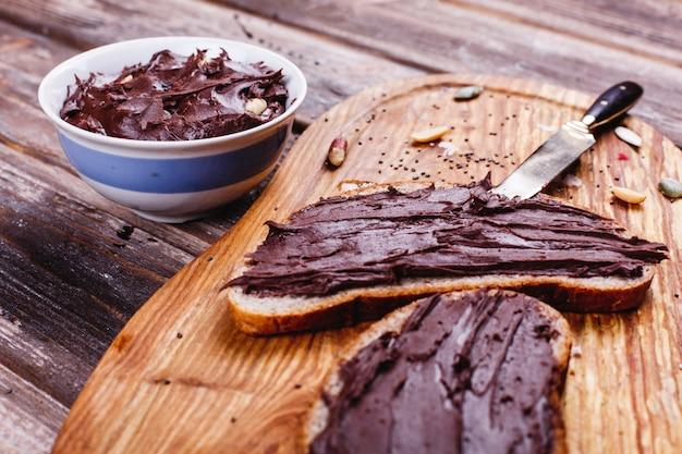 Comida fresca, sabrosa y saludable. ideas para el almuerzo o el desayuno. pan con mantequilla de chocolate Foto gratis