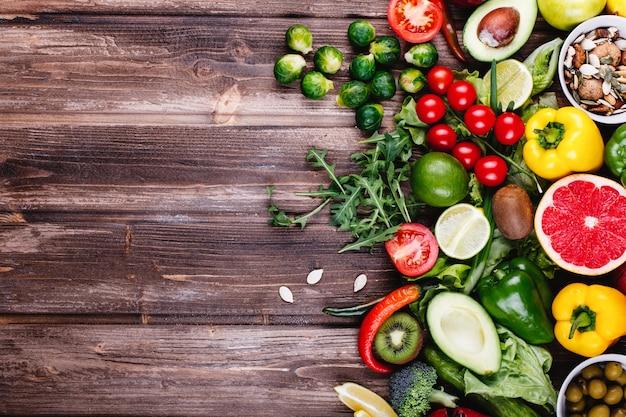 Comida fresca y saludable. avocabo, coles de bruselas, pepinos, pimientos rojos, amarillos y verdes. Foto gratis