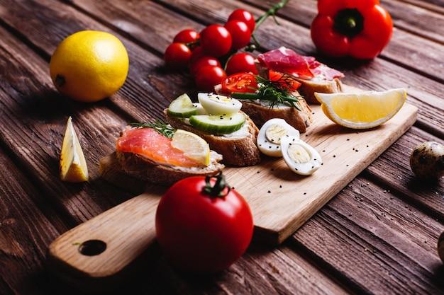 Comida fresca y saludable. ideas de merienda o almuerzo. pan casero con queso, aguacate. Foto gratis