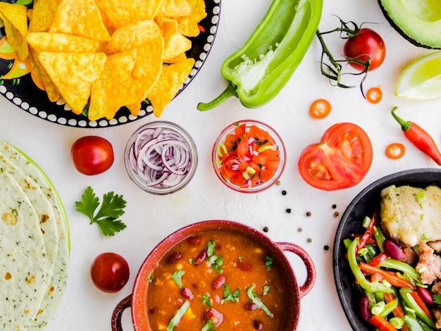 Comida mexicana con tazones de verduras. Foto gratis