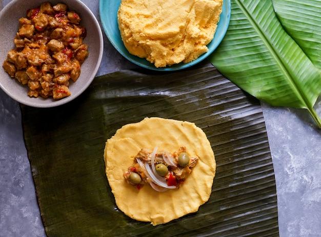 Comida navideña venezolana, hallacas, masa de maíz rellena de estofado de cerdo y pollo Foto Premium