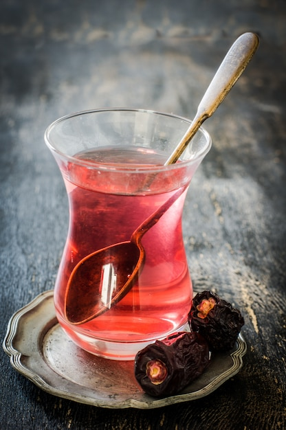 Comida oriental té y dátiles Foto Premium