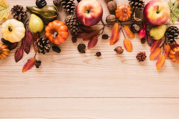 Comida de otoño vista superior con fondo de madera Foto gratis