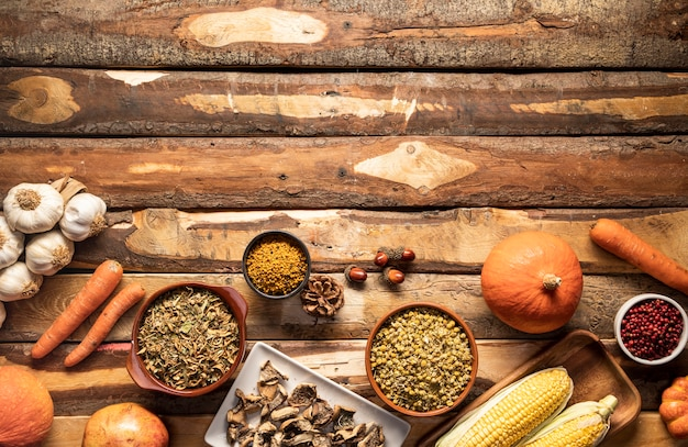 Comida de otoño vista superior sobre fondo de madera Foto gratis