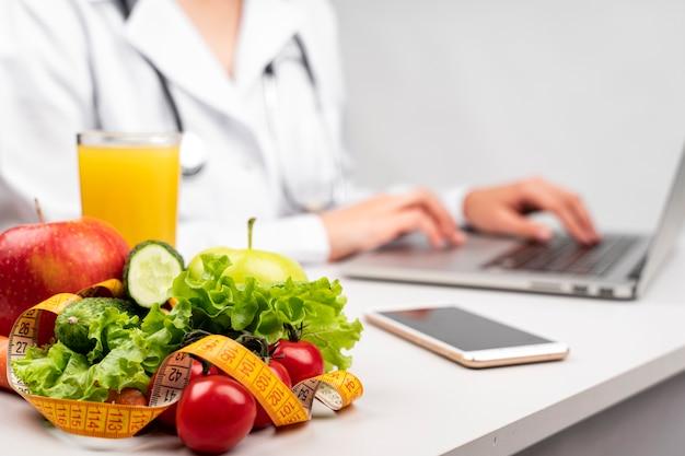 Comida sana con nutricionista borrosa Foto Premium