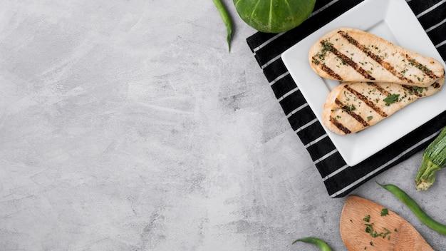 Comida sana a la parrilla pechuga de pollo en mesa de concreto grunge Foto gratis